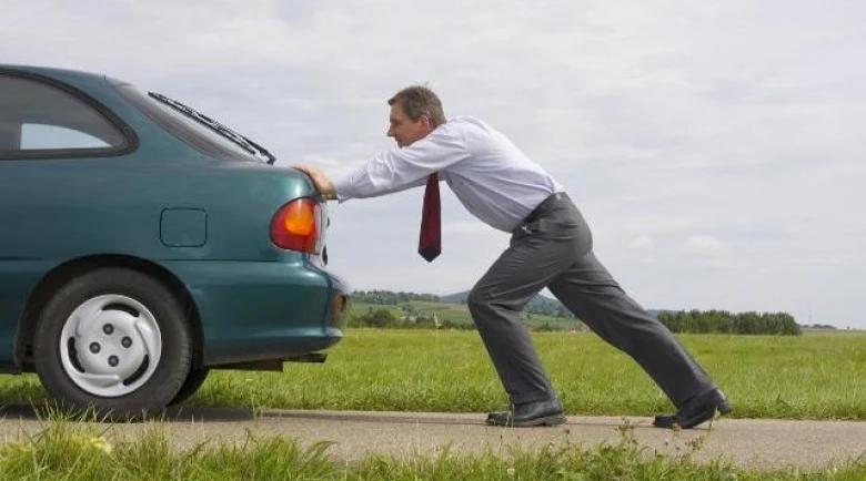 Гениален и прост начин – ето как трябва да бутате колата сами