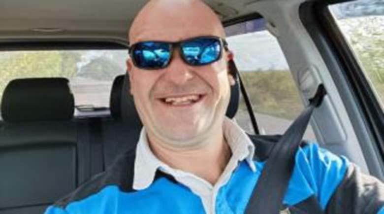 Бизнесмен лети с 260 км/ч с джипа си, фука се във Фейсбук (Видео)