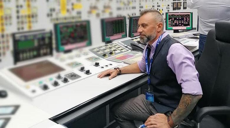 Широк специалист! Барабанистът Калин Вельов инспектира ядрената централа
