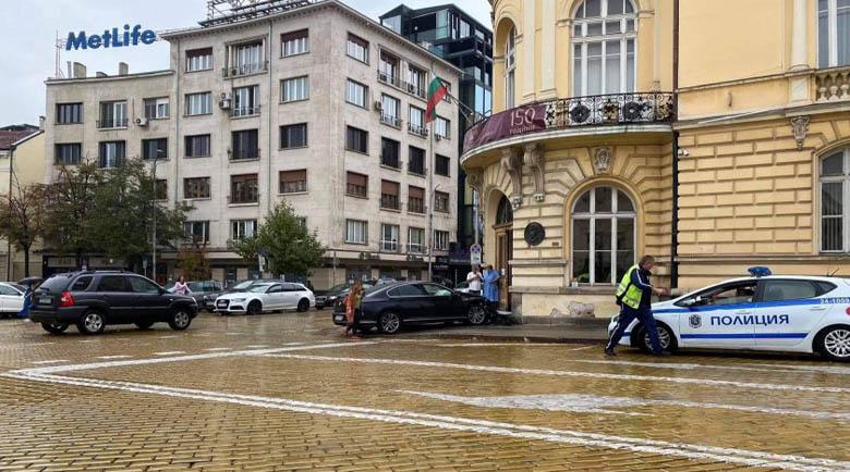"""Лъскав """"Фолксваген"""" се размаза в сградата на БАН"""
