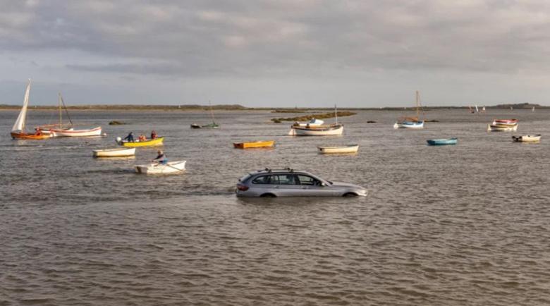 Мъж откри колата си във вода и заобиколена от лодки