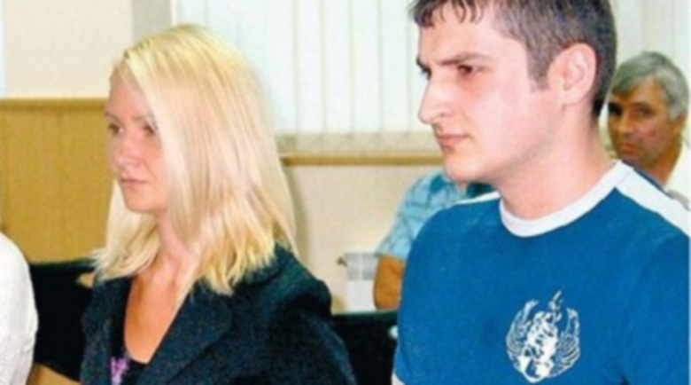Изкусителна руса девойка и похотлив доцент в кървава афера
