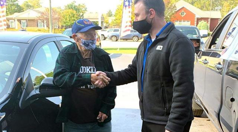 104-годишен ветеран отиде да си купи кола, подариха му я