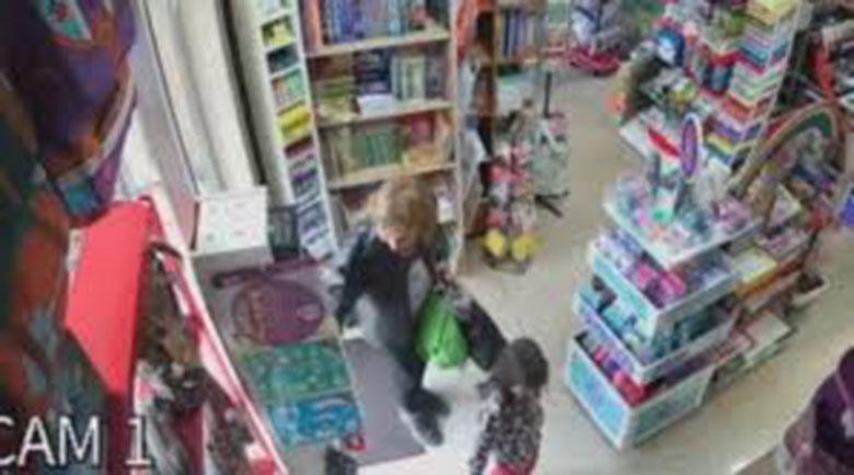 Позор! Баба краде пред очите на внучето си в София