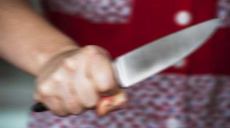 Баба извади нож срещу внучката си, закани се да я убие