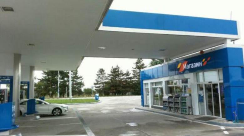 Екшън на бензиностанция: Мъж нападна клиент, прередил го на колонката