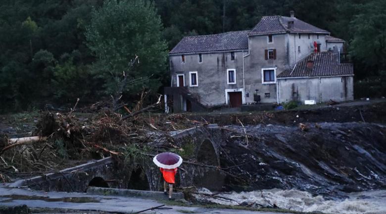 Проливни дъждове, рухнал мост и повредени домове в южна Франция