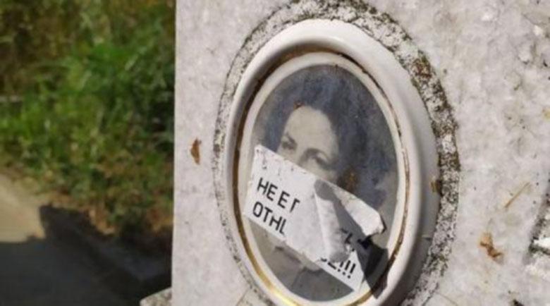 Лепенки за неплатен гроб лепят върху снимките на покойници