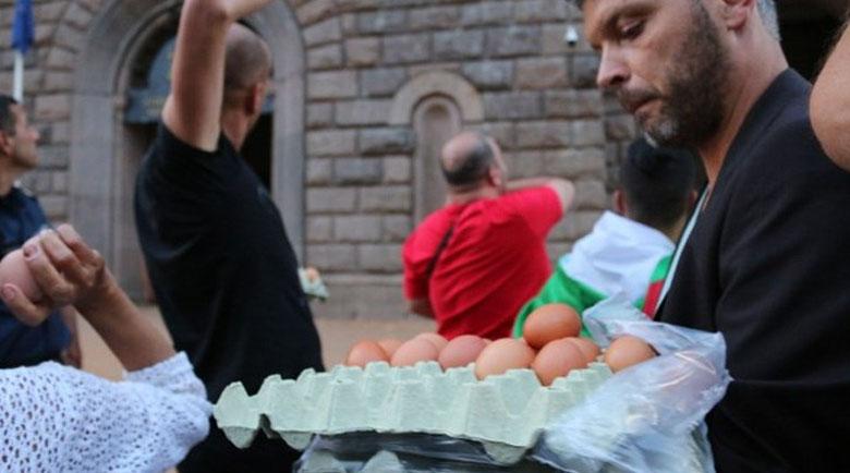Яйцето като оръжие и протест