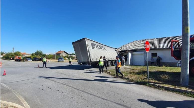 Почина шофьорът на забилия се в мебелен цех камион