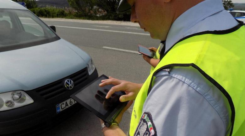 Задържаха полицаи, намалявали промилите на пияни шофьори срещу рушвет