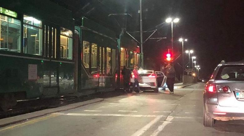 """Екшън по столичните улици: Двама препускат на кон, джип """"прегърна"""" трамвай"""