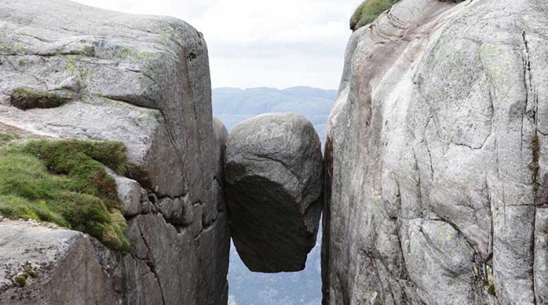 Керагболтен – опасната скала, висяща от височина 1000 метра