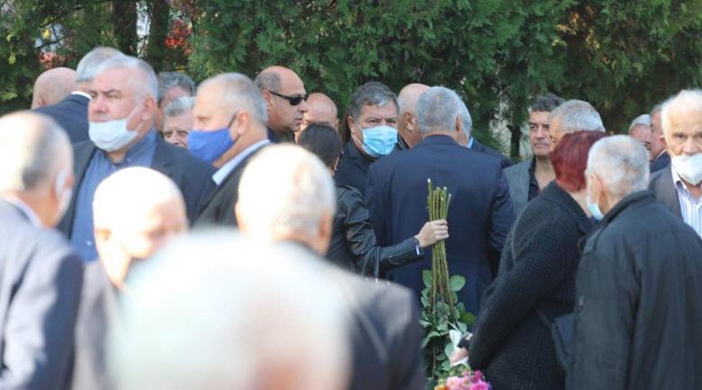 Маджо се появи с маска на погребението на Любен Гоцев, десетки изпратиха генерала