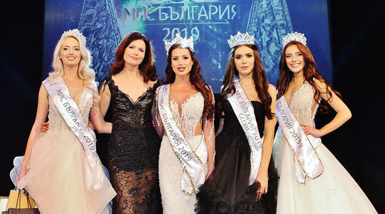 """Кандидатките за титлата """"Мис България"""" дефилират с маски на конкурса"""