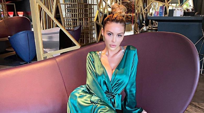 Моника Валериева сменя официалната рокля с халат