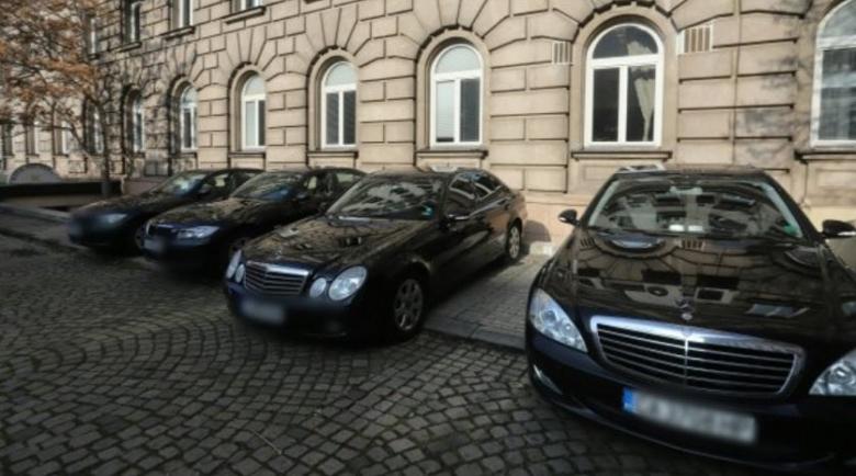 На гол тумбак… НСО вади 700 бона за 10 мощни коли за важни… задници