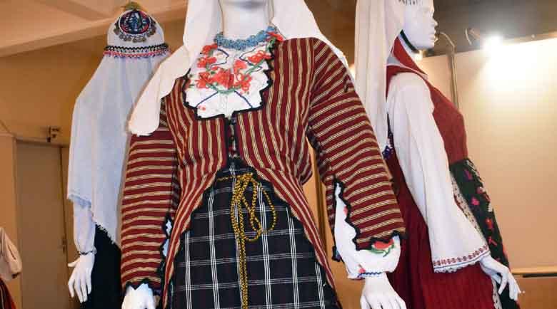 Колекционерка извади 20 автентични носии за празника на Сливен