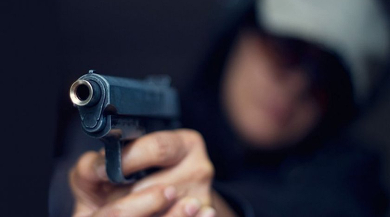 Шок! Жена извади пистолет срещу бременна в тролей във Враца