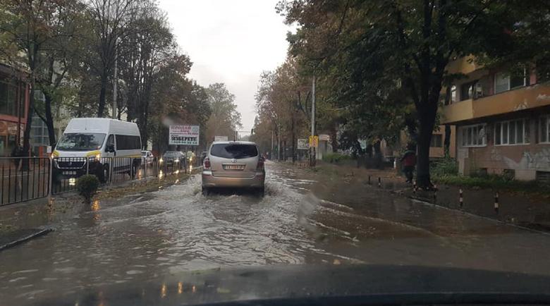 Градушка и порой превърнаха Добрич в река тази нощ
