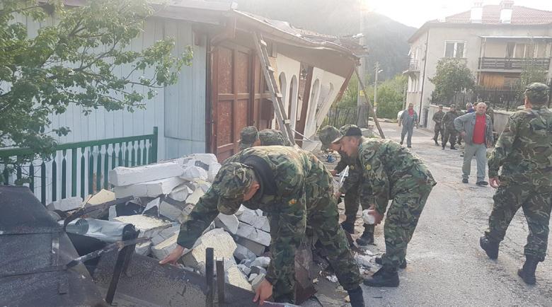 Военни оказват помощ на жителите в Смолян във водното бедствие