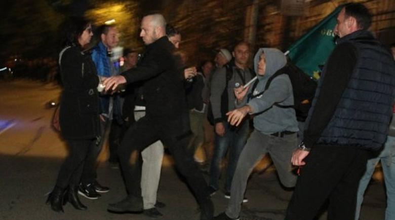 Пак блокираха БНТ, обстрелваха с яйца политолога със средния пръст