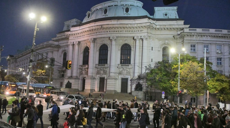 Студенти блокираха движението пред СУ в 106-ия ден на протеста
