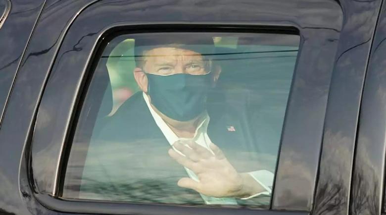 Тръмп поздрави свои симпатизанти от кола пред болницата