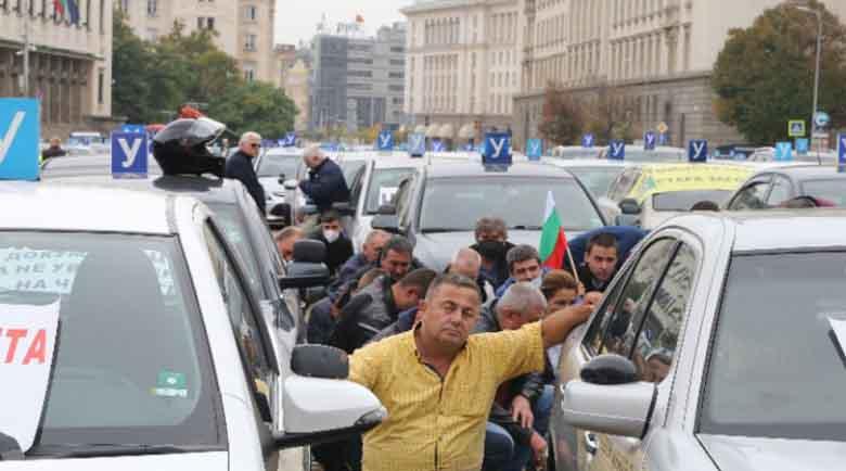 Блокада в центъра на София – автоинструкторите протестират