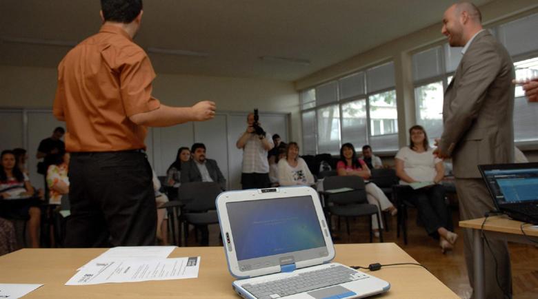Половината учители преподават без служебни лаптопи
