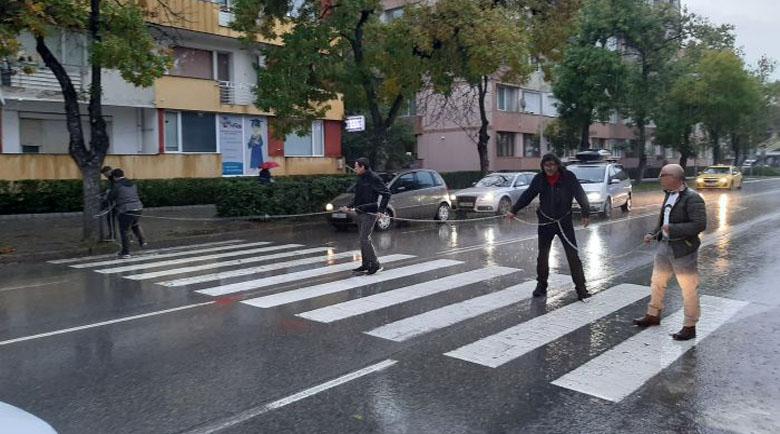 Протестиращи се оковаха във вериги пред полицията в Благоевград