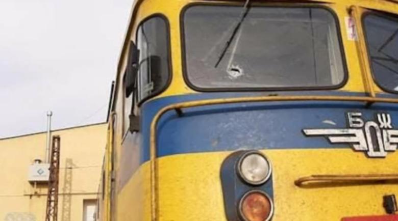 Машинист е ранен след нова канонада от камъни по влак в движение