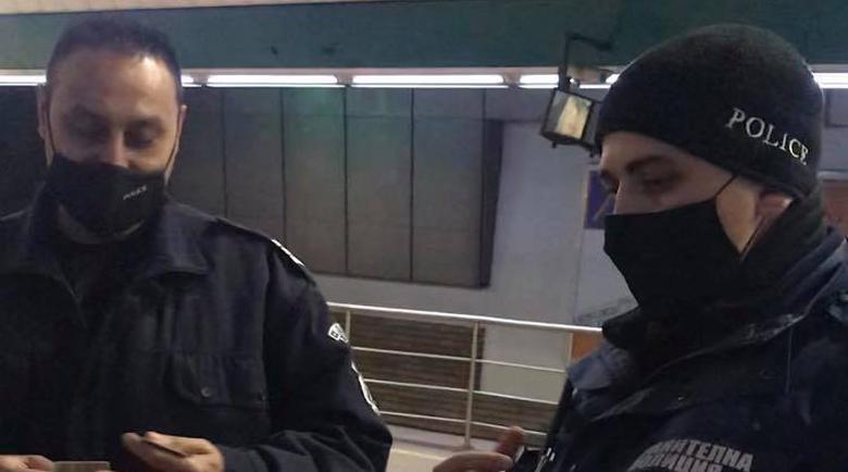Скандал! Полицаите са тормозили арестуваните в метрото без маски