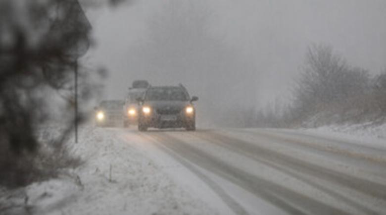 Сняг в планините, вече има закъсали коли с летни гуми