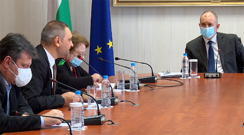 Радев провежда днес консултации с парламентарно представените партии
