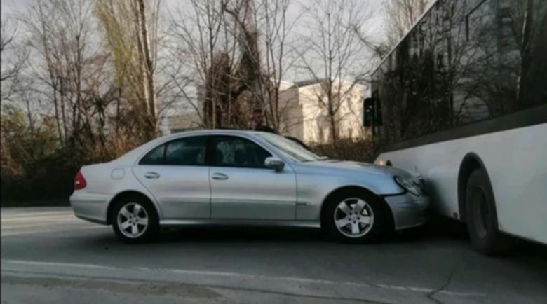 Мерцедес се заби в градски автобус в Пловдив