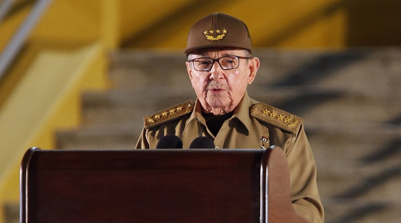 Миг от историята: Раул Кастро сдаде властта