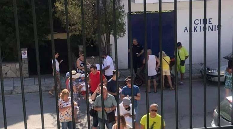 Почиващите в Гърция българи се редят на опашки пред секциите