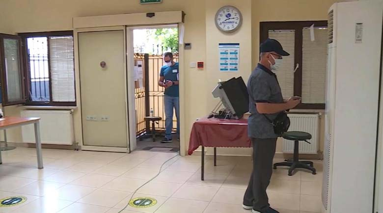 Изборите в Турция: Мъж обърка машината за гласуване с климатик